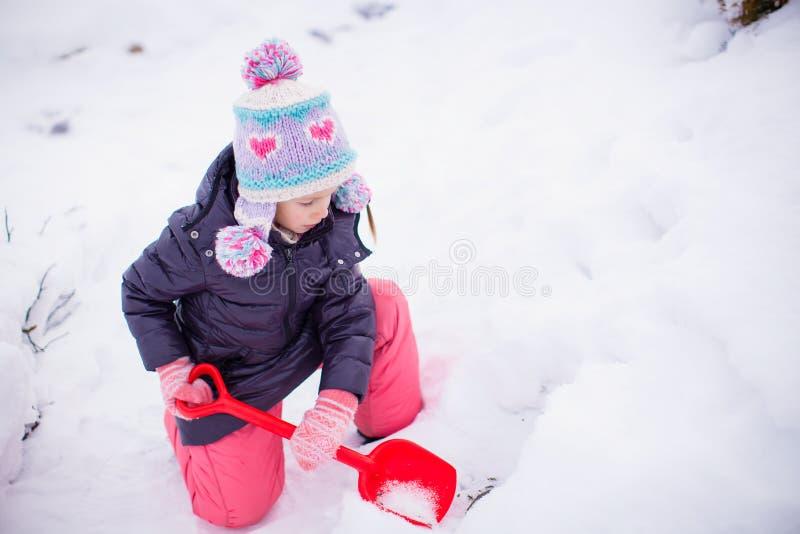 Bambina adorabile all'aperto nel parco sulla a immagini stock libere da diritti
