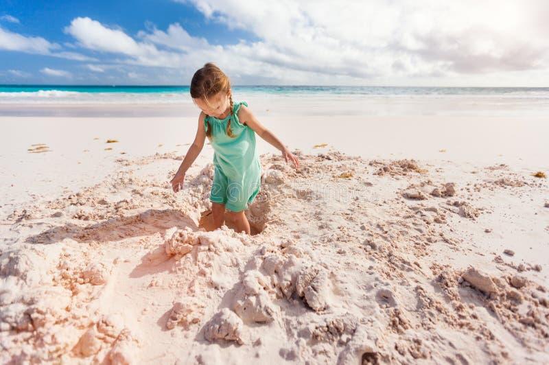 Bambina adorabile alla spiaggia immagini stock