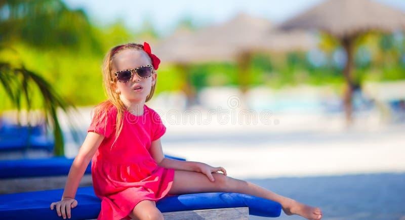 Bambina adorabile alla spiaggia durante l'estate fotografia stock