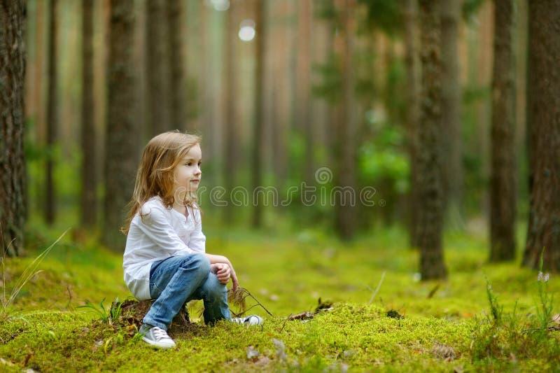 Bambina adorabile che fa un'escursione nella foresta immagini stock