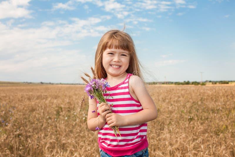 Bambina adorabile che gioca nel giacimento di grano fotografia stock