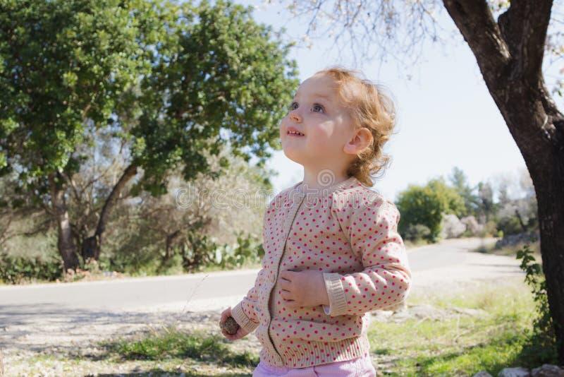 Bambina adorabile che gioca in un parco immagine stock libera da diritti