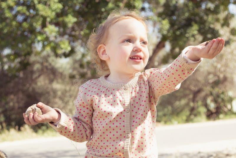 Bambina adorabile che gioca in un parco immagini stock libere da diritti