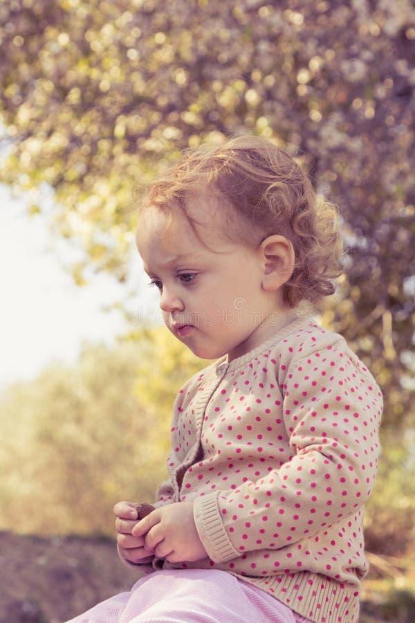 Bambina adorabile che gioca in un parco immagine stock