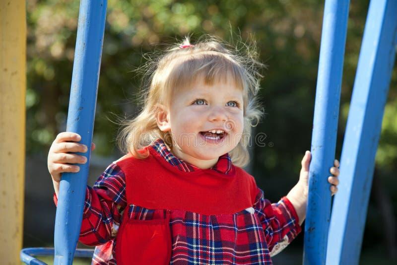 Bambina adorabile che ha divertimento su un'oscillazione immagine stock libera da diritti