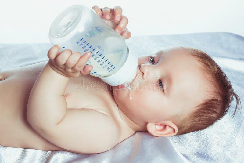 Bambina adorabile con gli occhi azzurri che si trovano in pannolini immagini stock libere da diritti