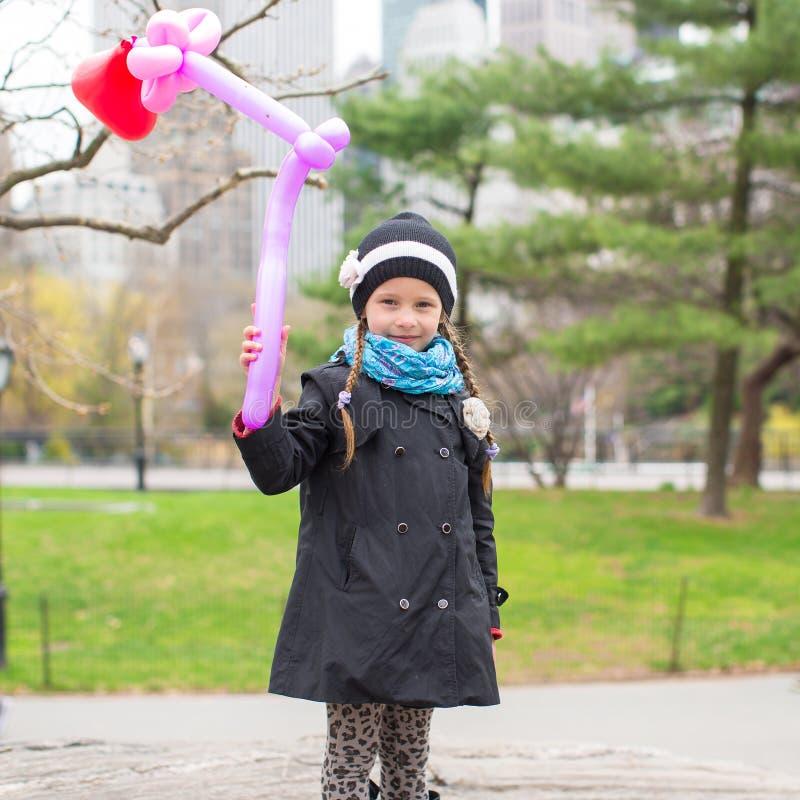 Bambina adorabile con il pallone in Central Park fotografie stock libere da diritti