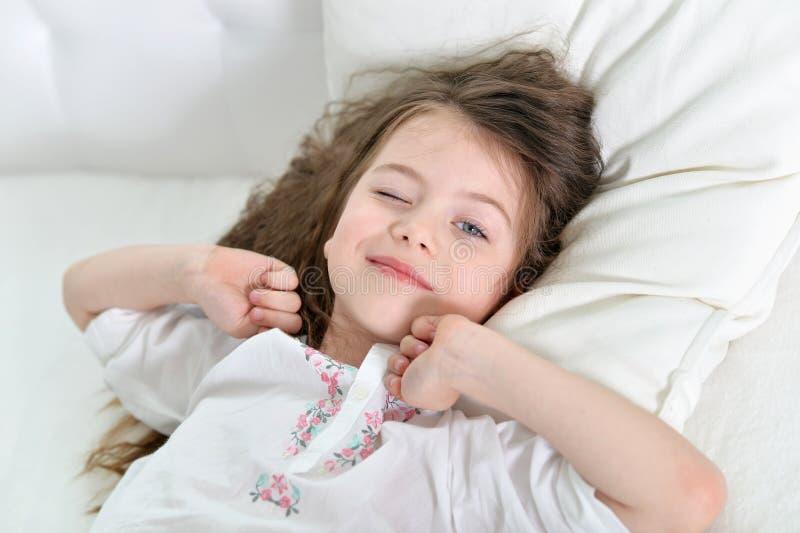 Bambina adorabile svegliata su fotografia stock