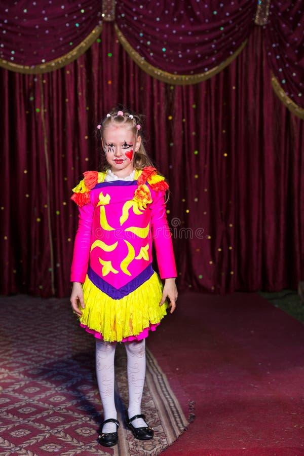 Bambina adorabile in un costume rosa e giallo fotografia stock libera da diritti