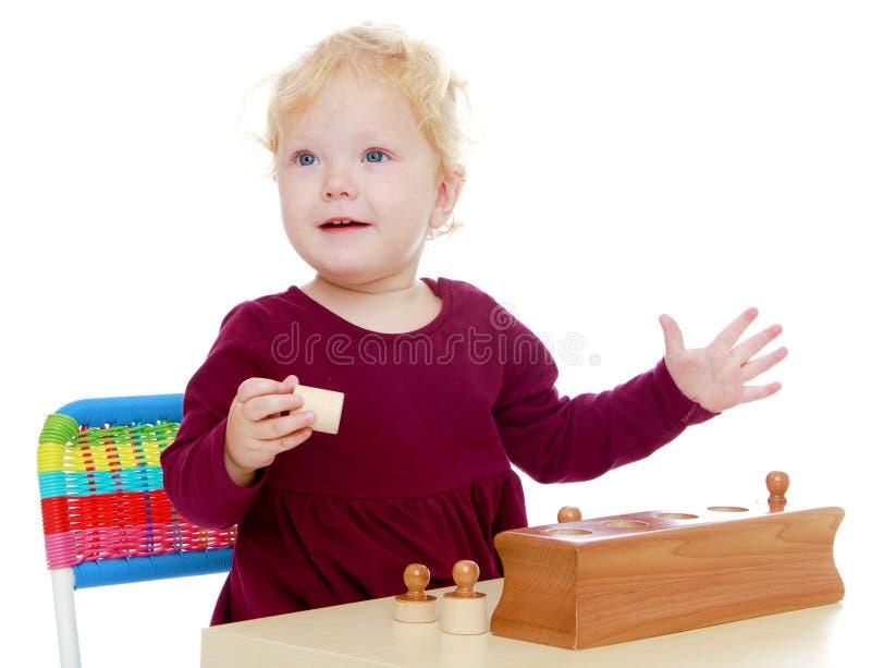 Bambina affascinante che gioca alla tavola immagine stock libera da diritti