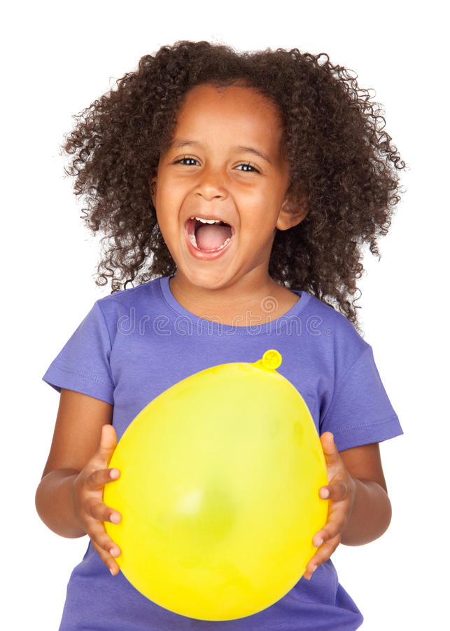 Bambina africana adorabile con l'aerostato giallo immagine stock