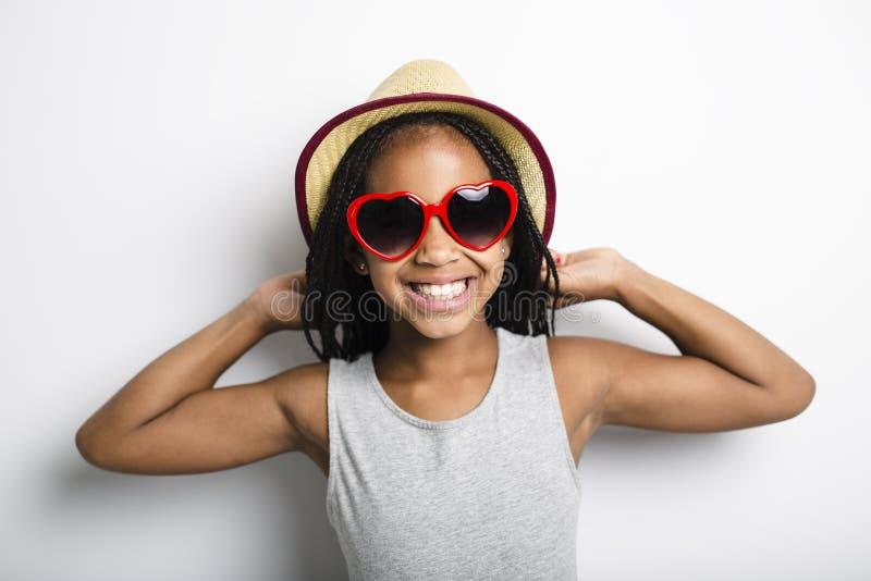 Bambina africana adorabile sul fondo di gray dello studio fotografie stock libere da diritti