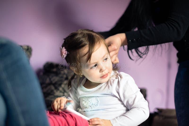 Bambina al parrucchiere immagine stock