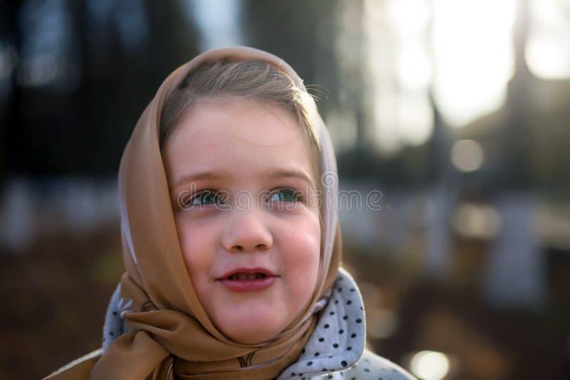 Bambina all'aperto in autunno immagine stock