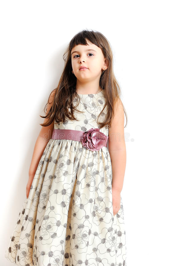 Bambina alla moda in abito splendido. fotografie stock