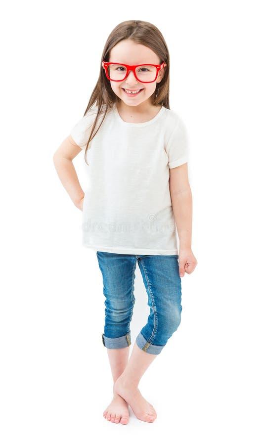 Bambina alla moda moderna nella piena crescita che sta a piedi nudi su un fondo bianco fotografie stock