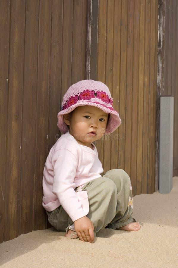 Bambina alla spiaggia fotografia stock