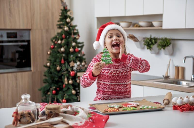 Bambina allegra divertendosi nella cucina in vacanza immagine stock libera da diritti