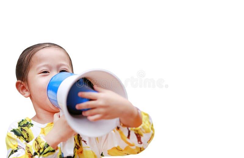Bambina asiatica annunciare dal megafono isolato su fondo bianco con lo spazio della copia Concetto di comunicazione fotografia stock libera da diritti