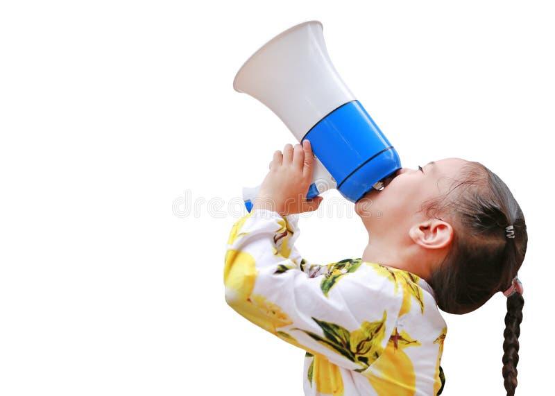 Bambina asiatica annunciare dal megafono isolato su fondo bianco con lo spazio della copia Concetto di comunicazione Vista latera immagine stock libera da diritti