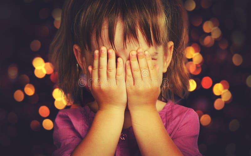 Bambina in attesa di un miracolo di Natale e di un regalo immagini stock