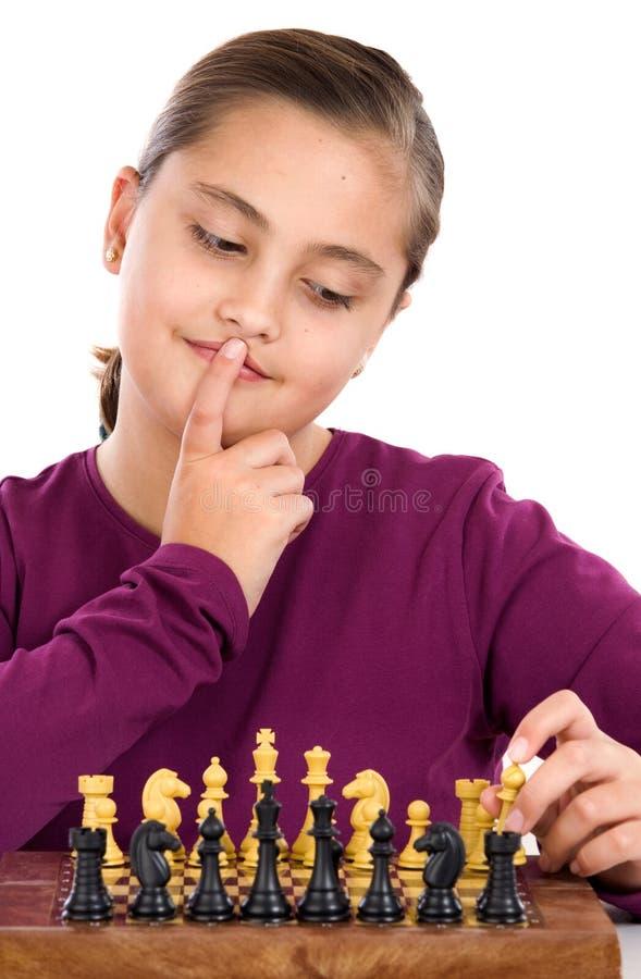 Bambina attraente che gioca scacchi fotografia stock libera da diritti
