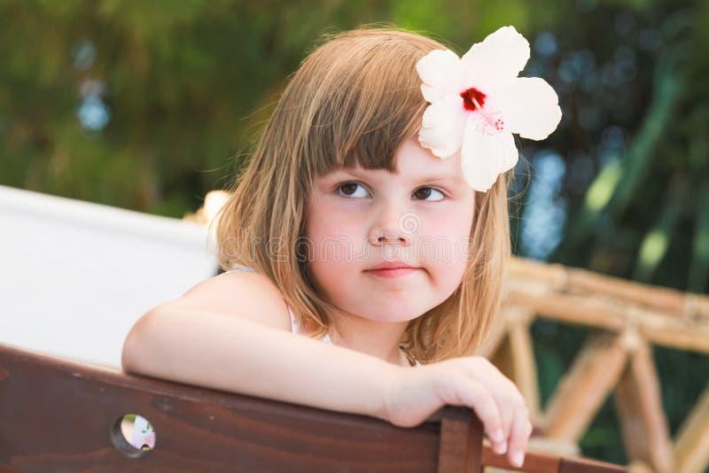 Bambina caucasica sveglia seria, primo piano fotografia stock libera da diritti