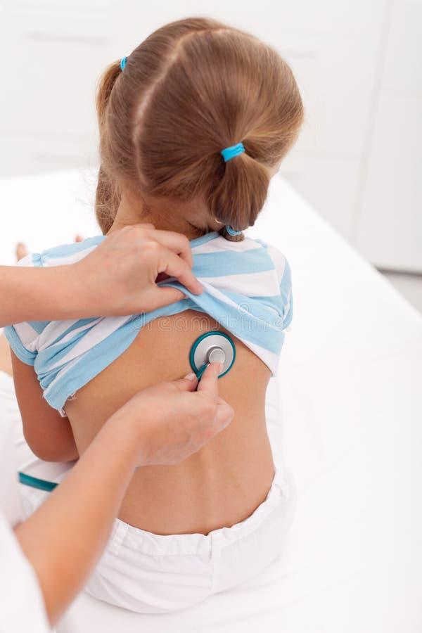 Bambina che è esaminata con lo stetoscopio al medico immagini stock