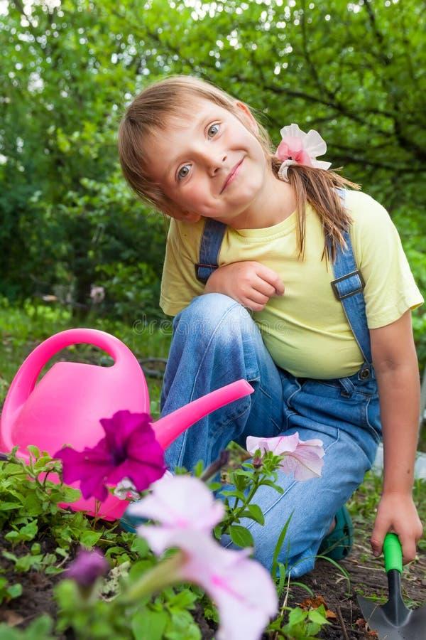Bambina che aiuta in primavera lavoro, facente il giardinaggio immagine stock