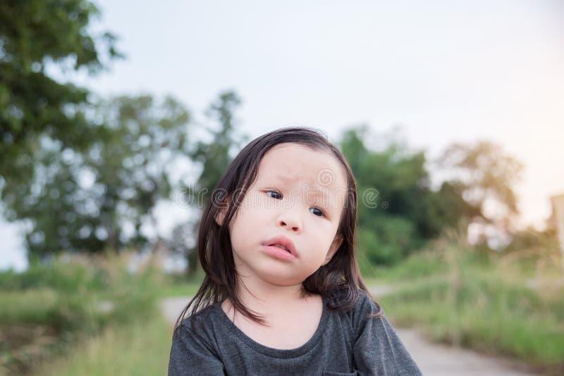 Bambina che aspetta il suo genitore immagine stock
