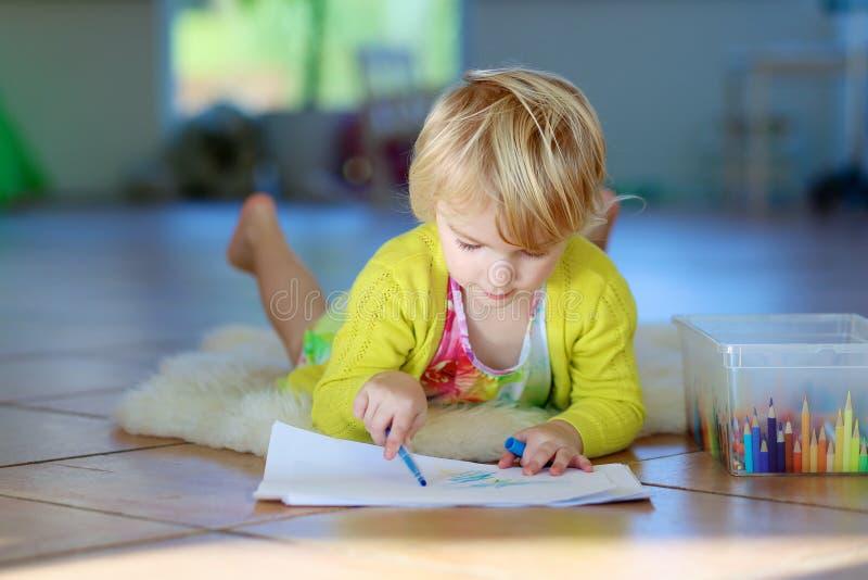 Bambina che attinge pavimento all'interno fotografie stock libere da diritti
