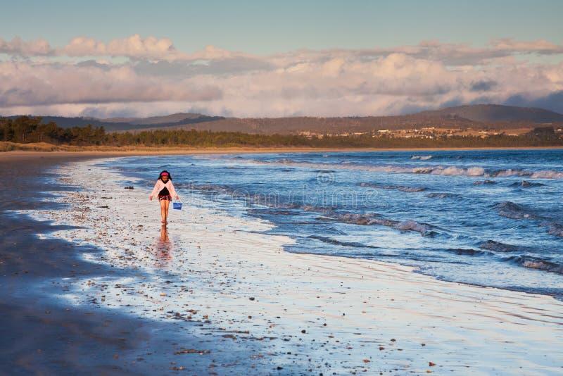 Bambina che cammina sul puntello al tramonto fotografia stock