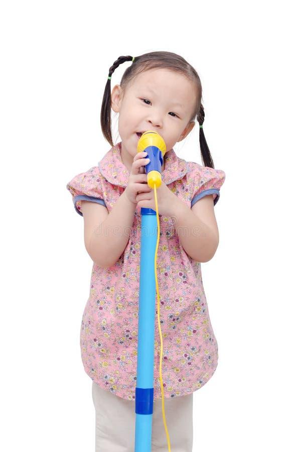 Bambina che canta con il microfono fotografia stock