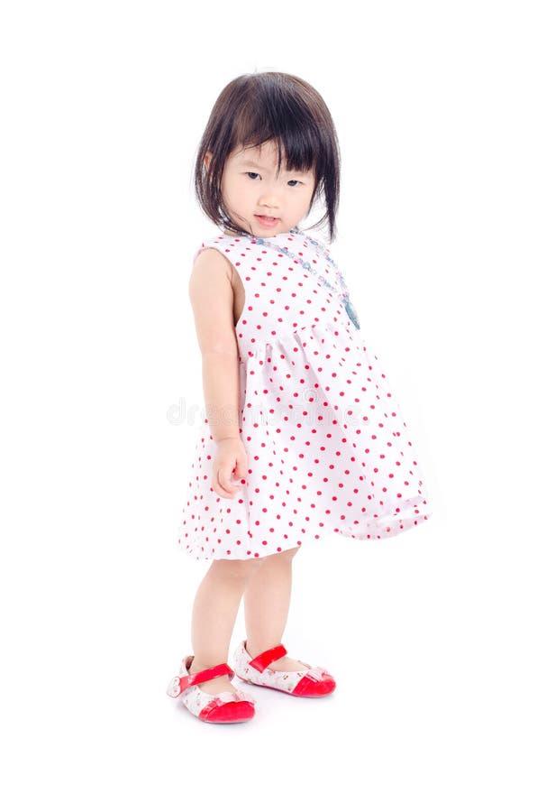 Bambina che controlla fondo bianco fotografia stock