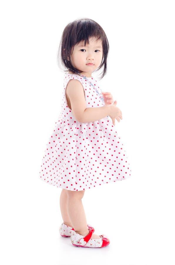 Bambina che controlla fondo bianco fotografie stock libere da diritti
