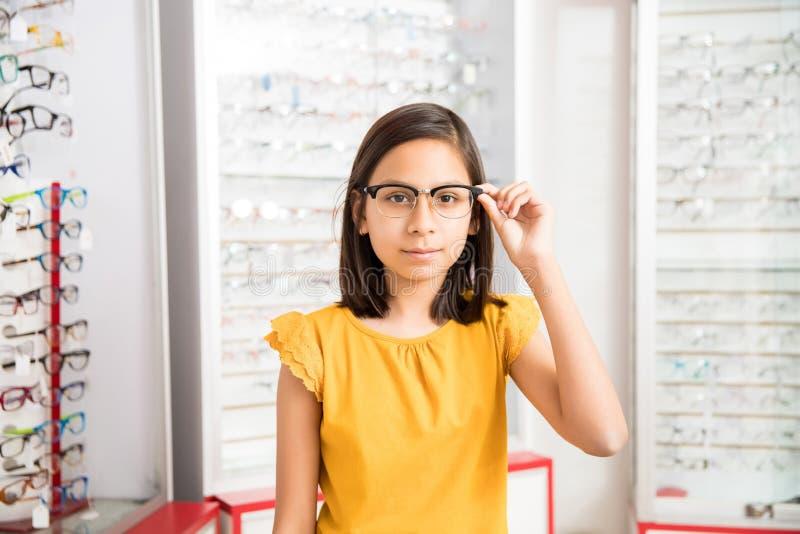 Bambina che decide di comprare i nuovi vetri fotografie stock libere da diritti