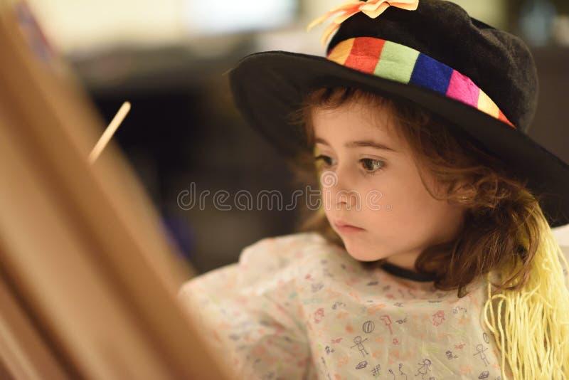 Bambina che dipinge un'immagine a casa immagini stock libere da diritti
