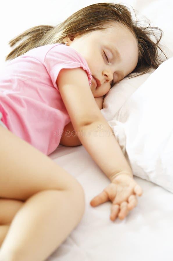 Bambina che dorme pacificamente fotografia stock libera da diritti