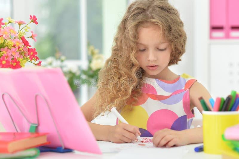 Bambina che fa le lezioni fotografie stock libere da diritti