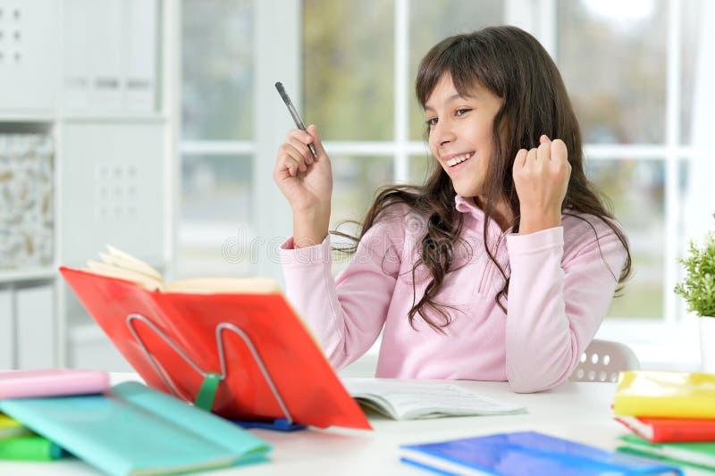 Bambina che fa le lezioni immagine stock libera da diritti