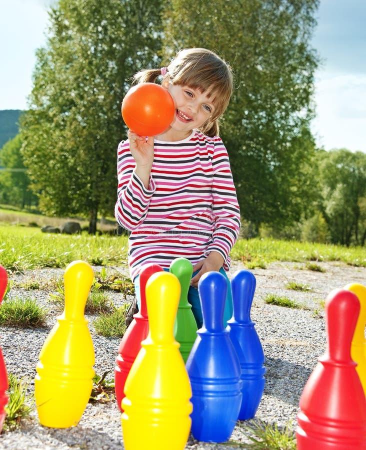 Bambina che gioca bowling immagine stock