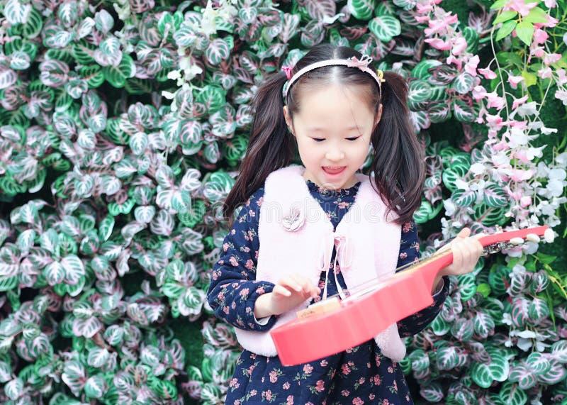 Bambina che gioca chitarra fotografia stock libera da diritti