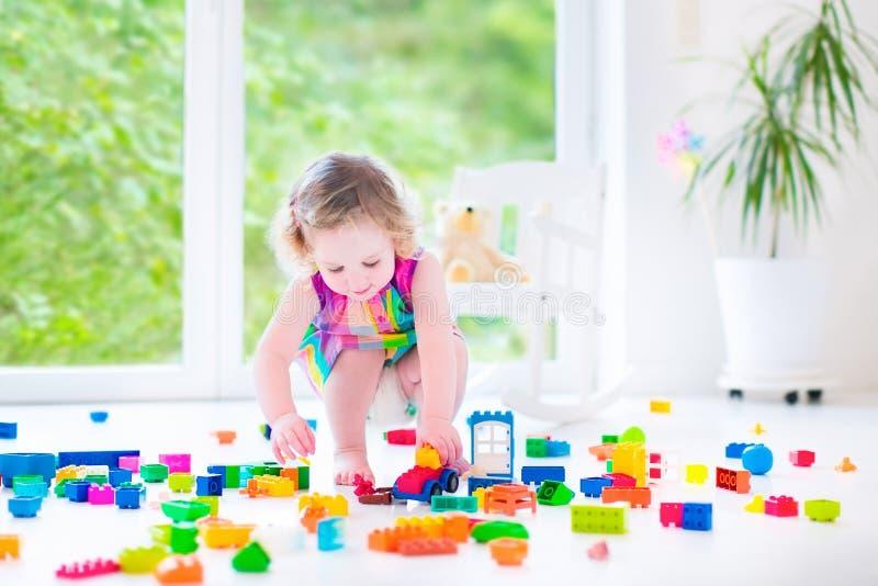 Bambina che gioca con i blocchi immagine stock libera da diritti