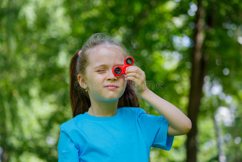 Bambina che gioca con il filatore di irrequietezza fotografia stock libera da diritti