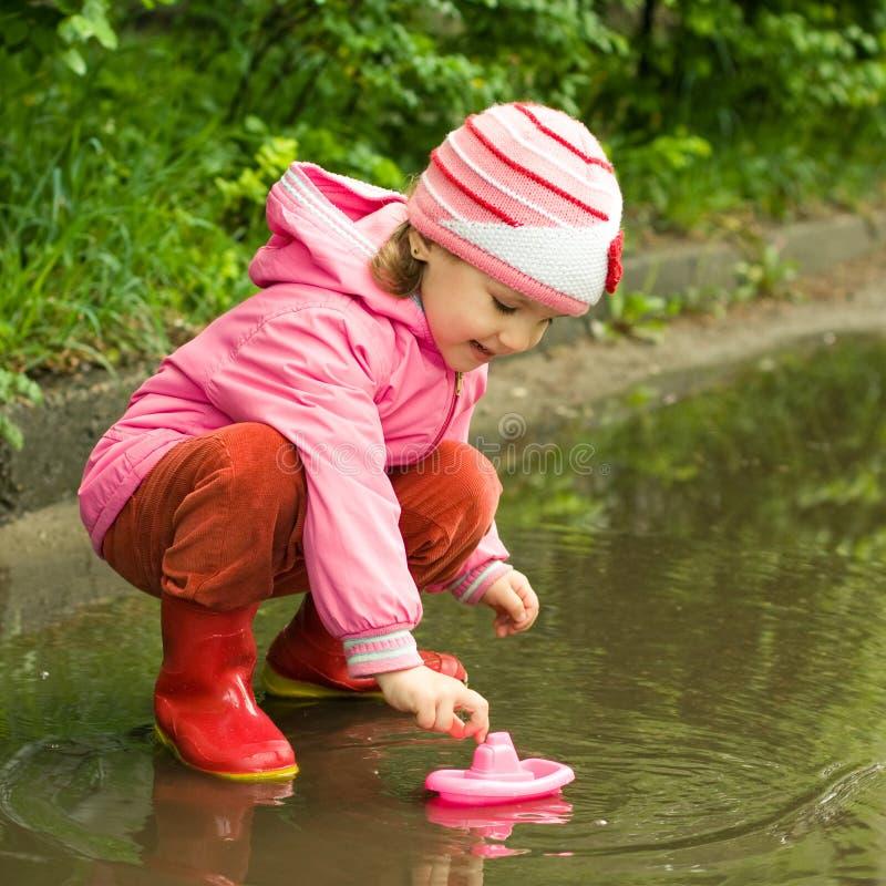 Bambina che gioca con la nave fotografia stock libera da diritti