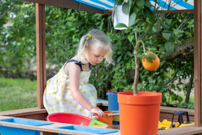 Bambina che gioca con la sabbia immagine stock libera da diritti