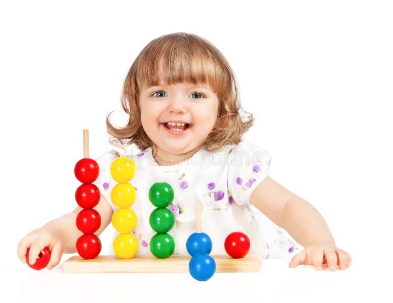Bambina che gioca con le sfere fotografia stock libera da diritti