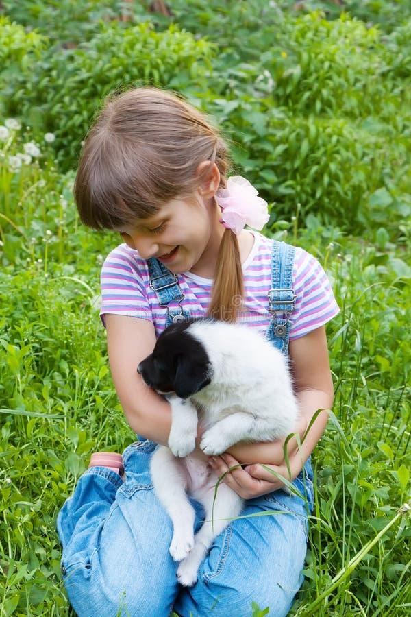 Bambina che gioca con piccolo puppiy fotografie stock libere da diritti
