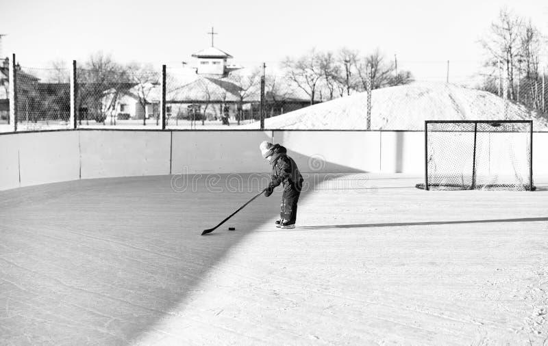 Bambina che gioca hockey fotografie stock