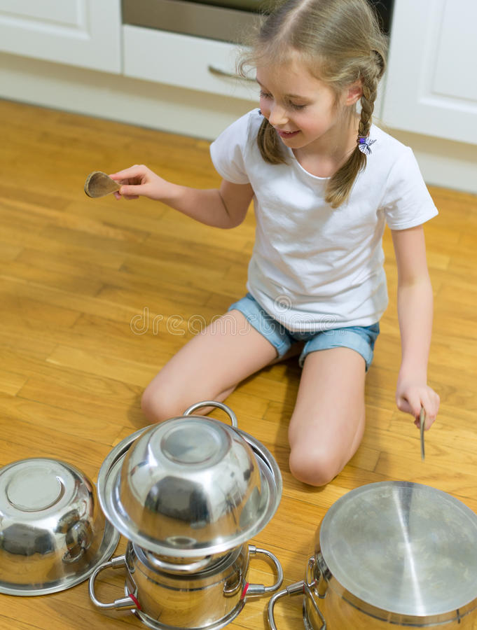 Bambina che gioca i tamburi fotografie stock
